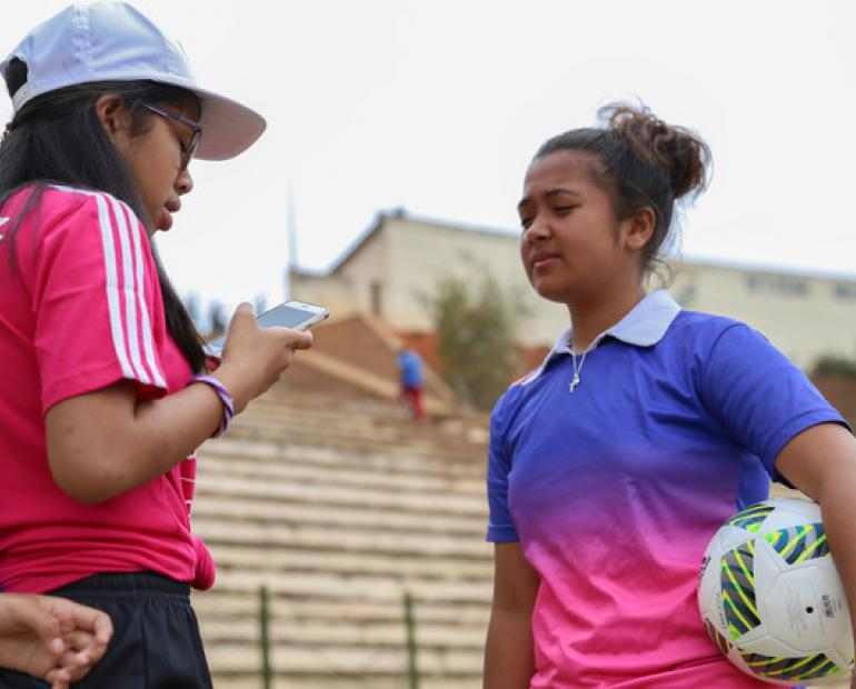 Irintsoa , a young reporter, interviews Sarah, a female football player.