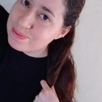 Selfie de una chica con cabello negro y camiseta negra.