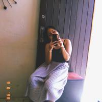 Hola soy Ale, en mi foto llevo una falda rosa y una blusa negra. Saludos✨